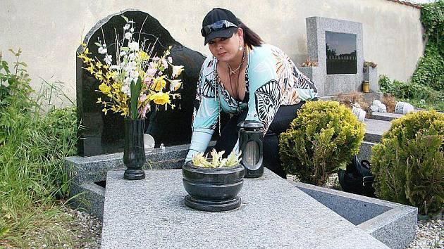 PŘÍBUZNÁ MANIPULOVALA S HROBEM bez vědomí majitelky (na snímku) a správce hřbitova, aby si vzala urnu svého manžela. Její případ bude řešit přestupková komise, možná i policie.