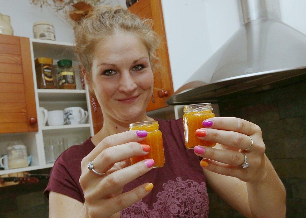Vaření meruňkové marmelády, která zamíří na letošní Expo do Milána