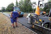 Dokončovací práce na první etapě cyklostezky a chodníku mezi Městem Bohušovice a obcí Hrdly