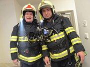 Fotoreportér Deníku Karel Pech (vpravo) si vyzkoušel polygon u hasičů v Litoměřicích