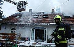 Požár zničil téměř celý dům. Kolem třetí hodiny v neděli odpoledne vyráželo osm hasičských jednotek do malé osady u obce Horní Chobolice na Litoměřicku na požár rodiného domu, kde už oheň pohltil téměř celou střechu a podkroví. Největší problém, ale měli