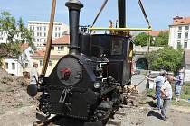 Parní lokomotivu z roku 1897 přemístil z podvalníku na kolejiště před bývalým nádražím jeřáb
