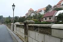 Opravená opěrná zeď v úštěcké Údolní ulici.