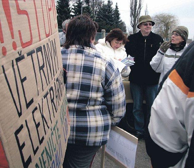 """PROTI. Obyvatelé Loucké a Ředhoště jsou rozhodně proti """"větrníkům"""", při pátečním veřejném projednávání záměru výstavby to dokazovali i pomocí několika transparentů. Zájmy investora, společnosti Zelená energie, hájila Kateřina Dietrich (na snímku v pravo)."""