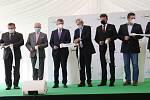Výrobní haly velkokapacitní pily Labe Wood ve Štětí si prohlédl i premiér Andrej Babiš.