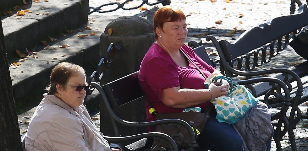 Babí léto láká k procházkám v přírodě, ale i ke slunění na lavičkách