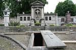 Biskupská hrobka je připravena k pohřbu.
