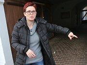 Svědkyně incidentu ukazuje, kde k napadení došlo