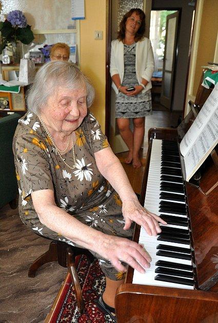 Gratulantům hrála stoletá paní Vlasta Šumová na klavír