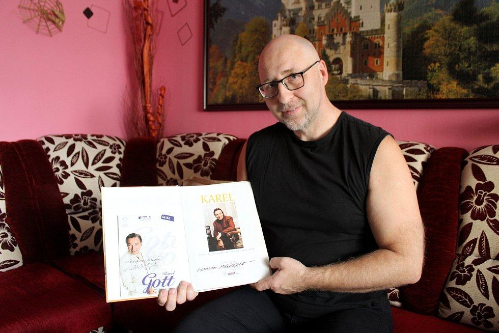 Jan Kubů je největším sběratelem nosičů s písničkami Karla Gotta. Rodák z Duchcova žije v Litvínově. Foto: Deník/Edvard D. Beneš