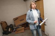 """""""Zvonky jsou na heslo, osvětlení nedostačující, nová okna způsobují vlhkost a plíseň. V domě je nepořádek,"""" popisuje stav bytovky domovnice Monika Hodková."""
