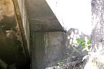 Na silnici u libochovanského kamenolomu už by mělo být bezpečno. Betonový zátaras by se vlivem dešťů a podmáčeného svahu neměl zřítit.