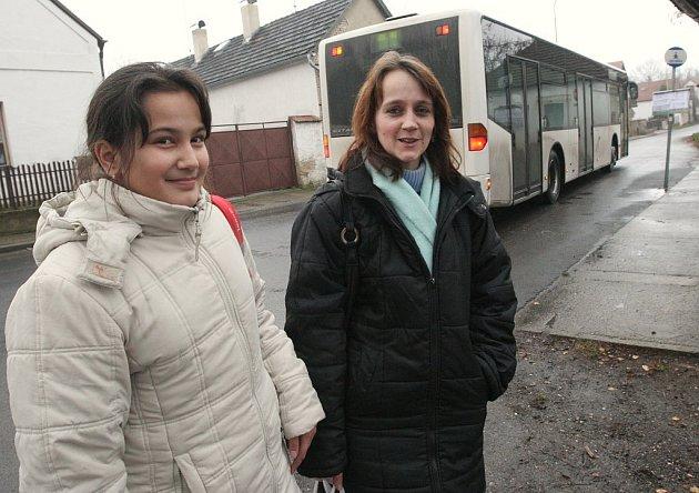 NESPOKOJENOST.  Olina Kukeňová s dcerou si stěžují, že se změnou jízdního řádu se není možné dostat ze školy v Roudnici nad Labem domu do Ctiněvsi včas a děti musejí hodinu čekat na zastávce na autobus.