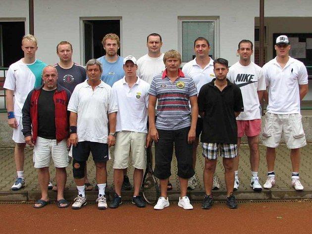 HRÁLO JICH 16. Tenisového turnaje hokejistů se zúčastnilo 16 borců. Krátce před devátou hodinou ranní však při focení ještě čtyři chyběli.