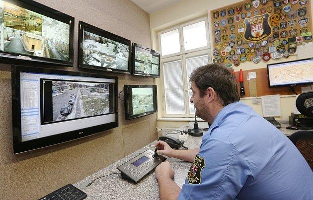 STRÁŽNÍCI městské policie vLitoměřicích sledují město na téměř padesáti kamerových bodech po dobu 24hodin denně. Jsou schopni rozlišit obličeje, nápisy, RZ vozidel ina několik stovek metrů. Záznamy jsou uchovávány po dobu čtrnácti dnů.