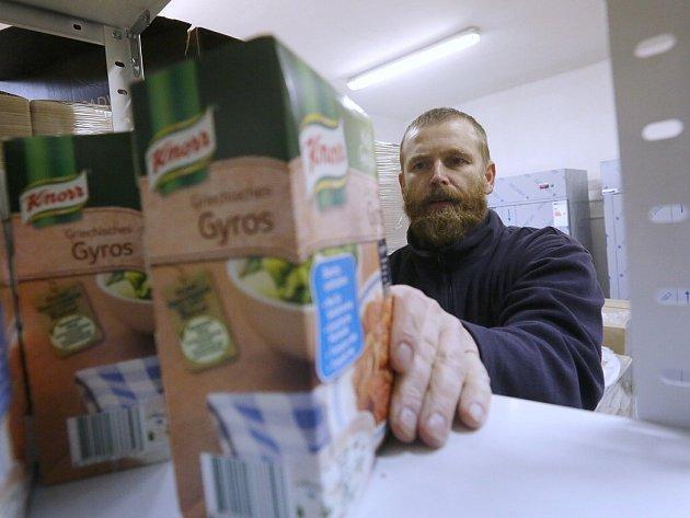 DAROVANÉ POTRAVINY přichází jako přebytky od prvovýrobců, obchodních potravinových řetězců, ze závozů Evropské unie, od loňska i formou paběrkování zeleniny z polností.