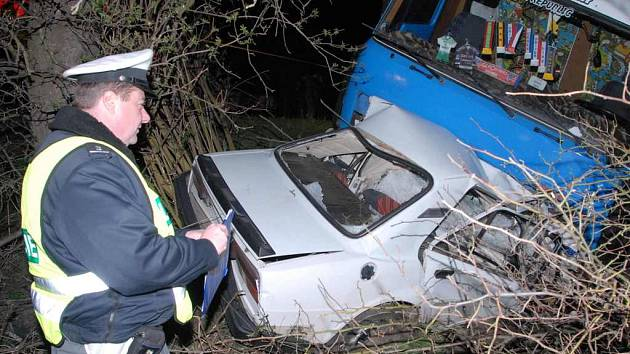 Nákladní vůz škodovku totálně zdemoloval