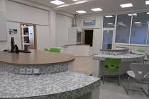 Základní škola ve Velemíně má nové prostory pro výuku přírodních věd. Kromě nové učebny, přibyl také skleník a proměnou prošel i venkovní prostor. Vznikla tam venkovní učebna, jezírko, arboretum i hmyzí hotel.