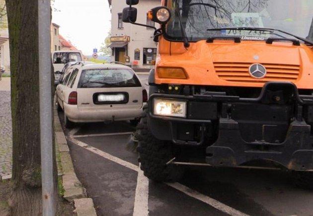 Čištění ulic v Roudnici znesnadňují bezohlední řidiči.