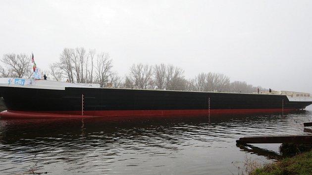 Ve Lhotce nad Labem spustili na vodu 86 metrů dlouhý tanker