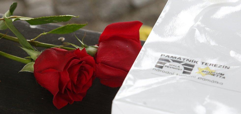 Předseda Senátu Miloš Vystrčil se zúčastnil v neděli 18. října malého pietního shromáždění na národním hřbitově v Terezíně.