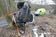 Vozidlo záchranné služby hodil řidič na boudu.