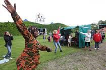 TEMPERAMENTNÍ Bijou Camara, rodilá Afričanka, na festivalu vedla taneční workshop, do kterého zapojila nejen děti. Následoval workshop bubenický pod vedením Petra Šušora.