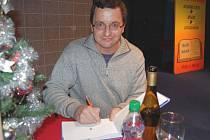 Spisovatel Michal  Viewegh podepisuje své knihy.