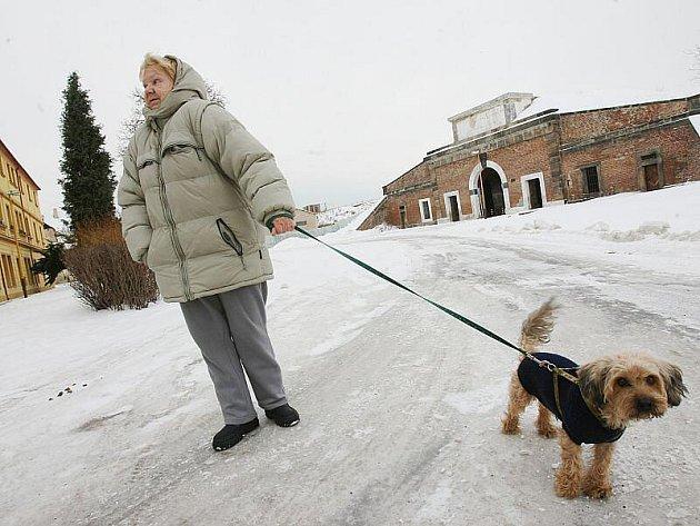 VODNÍ BRANOU v Terezíně procházejí denně desítky lidí. Musí jít po ledové silnici.