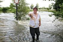 """""""PŘES LÁVKU se voda začala valit v neděli kolem desáté hodiny večer. Předpověď hydrologů zněla, že stoupne o půl metru, takže jsme doufali, že to bude dobré. Naštěstí se tak stalo,"""" říká starostka Žalhostic Alena Vacková."""