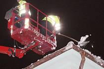 Sundavání sněhu ze střech v Litoměřicích.