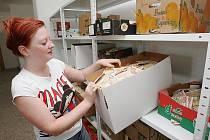 POTRAVINY přerozdělují v Litoměřicích do sociálních zařízení v celém Ústeckém kraji. Na snímku vedoucí Martina Šmidtová.