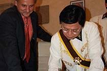 V Evropě druhý nejvýše postavený muž Řádu Rizalových rytířů Virchilio Esguerra se  v přítomnosti starosty Ladislava Chlupáče podepsal do pamětní knihy města Litoměřice.