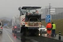 Řidiči pozor, začíná se frézovat vozovka mezi Lovosicemi a Čížkovicemi.