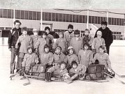 JEŠTĚ VENKU. V roce 1982 sice již zimní stadion stál, hrát se na něm začalo až o rok později.