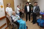 Herci šestých Básníků se v hospici pozdravili s klienty