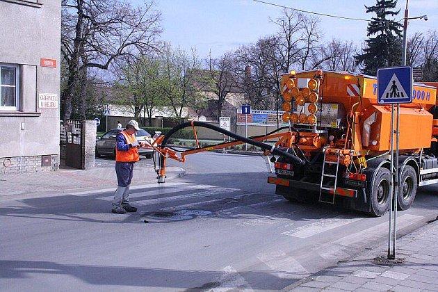 Opravy výtluků v Roudnici.
