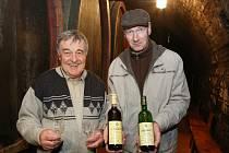 Vinaři Vladimír Šuhájek (vlevo) a Antonín Hrabkovský mladší s oceněnými víny.