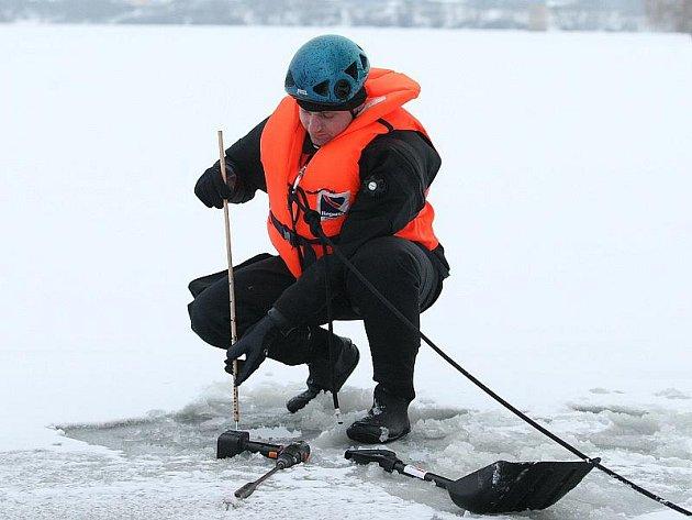 MĚŘENÍ. V sobotu odpoledne měřili příslušníci ústeckého poříčního oddělení policie tloušťku ledu na píšťanském jezeře. Sondy zaváděli do ledu ve vzdálenosti 1, 5 a 20 metrů od břehu. Průměrná tloušťka ledu je 8 centimetrů. Bezpečných je 25 centimetrů.