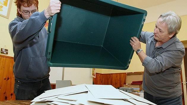 Sčítání hlasů v Bezděkově.