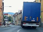 Kamion projel centrem Litoměřic od nového mostu až na kruhovou křižovatku na Kocandě, směrem na Českou Lípu