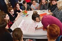 Diskusní fórum proběhlo za účasti pěti desítek zástupců litoměřických škol v sále ZŠ Boženy Němcové.