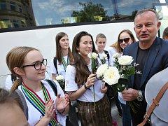 Dojemné uvítání čekalo u kina Máj na dívky z Puellae Cantantes - dívčí pěvecký sbor poté, co se vrátily domů do Litoměřic ze světové olympiády pěveckých sborů v Jihoafrické republice
