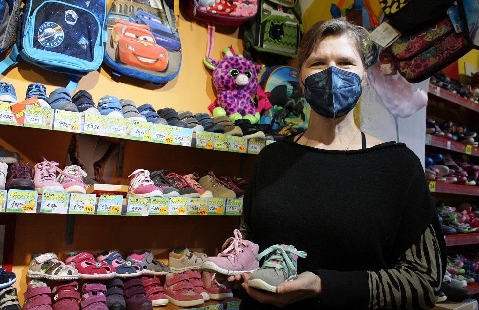 Boty, zvláště u malých dětí, je nutné vyzkoušet, říká majitelka obchodu s dětskou obuví v Masarykově ulici v Litoměřicích Marie Eisová