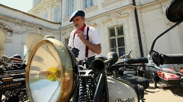 Padesátka automobilových a motocyklových veteránů v sobotu soutěžila o neputovní pohár hraběte Chotka.