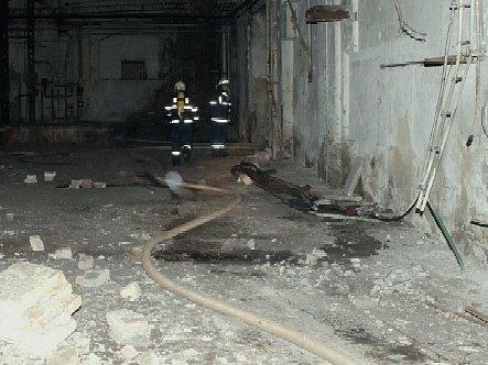 Hasiči v bývalých Roudnických strojírnách a slévárnách bojovali s ohněm v objektech, které jsou určeny k demolici a v nichž byla odpojena elektřina. Při konečném vyčíslení škod proto naštěstí nelze očekávat žádnou astronomickou sumu.