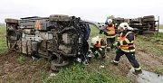 Tragická nehoda dodávky a nákladního vozu u Počapel
