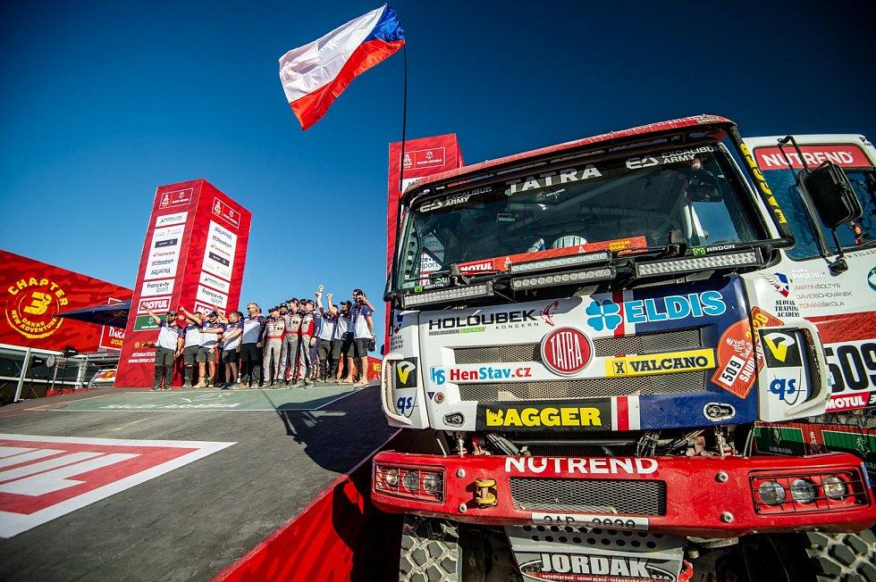 Posádky týmu Buggyra Racing v cíli Dakaru 2020.