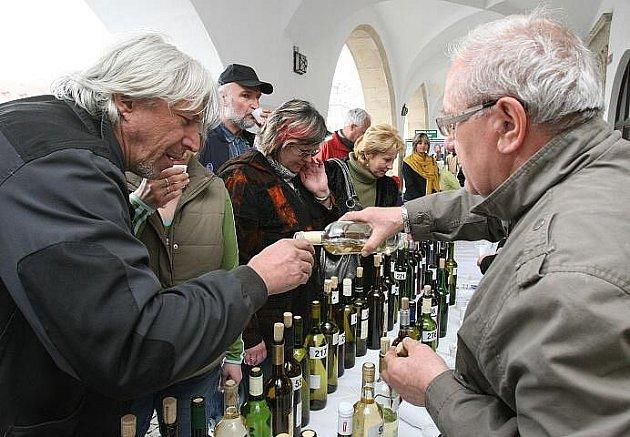 PRVNÍ ochutnávka vín, která budou vystavena na dnes (16.4.) zahajujících Vinařských Litoměřicích, proběhla ve čtvrtek odpoledne v podloubí litoměřické radnice.