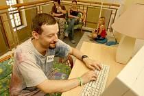 MOŽNOSTI. Minulostí je internetová kavárna v litoměřickém Domě křesťanské pomoci. Nyní zbyl v prostorách kavárny, která je od července pro veřejnost uzavřená, už jen jeden počítač. Včera na něm  pracoval dobrovolník  DKP David Krabec.